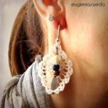 Pendiente realizado con hilo fino (del de coser). Decorado con cuentas de colores y una rosa de nacar blanco.